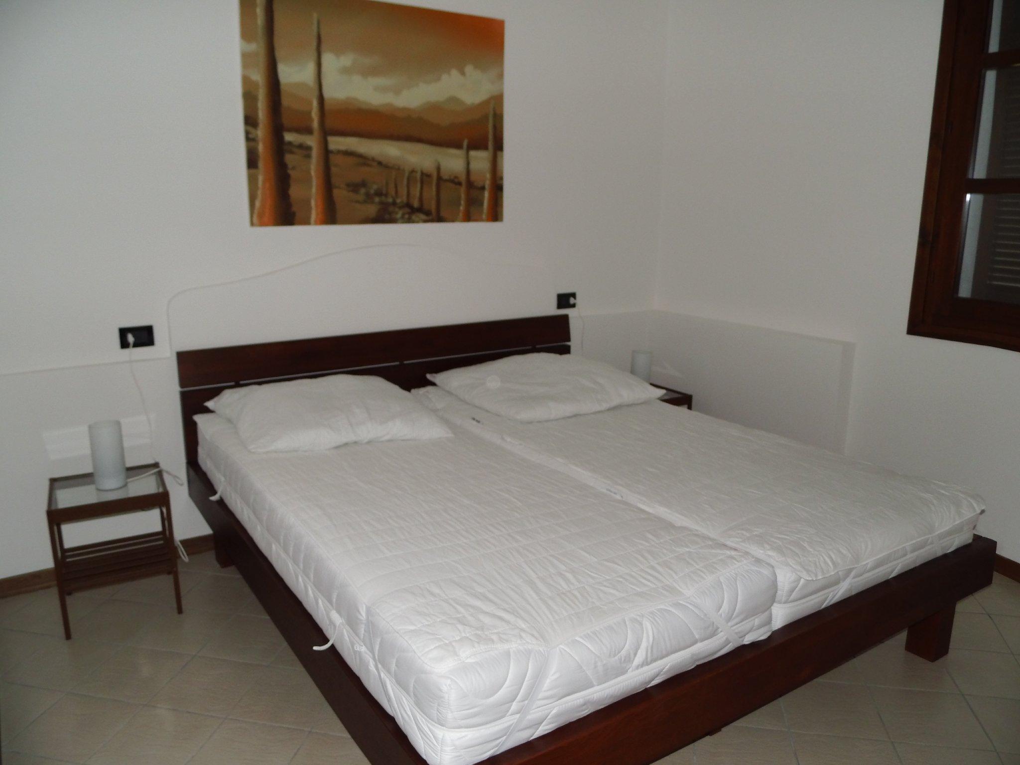Der Schlafraum mit Doppelbett.