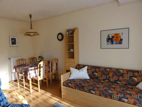 Esstisch und Sofa
