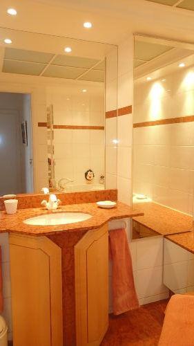 Bad 2 mit Wanne und WC