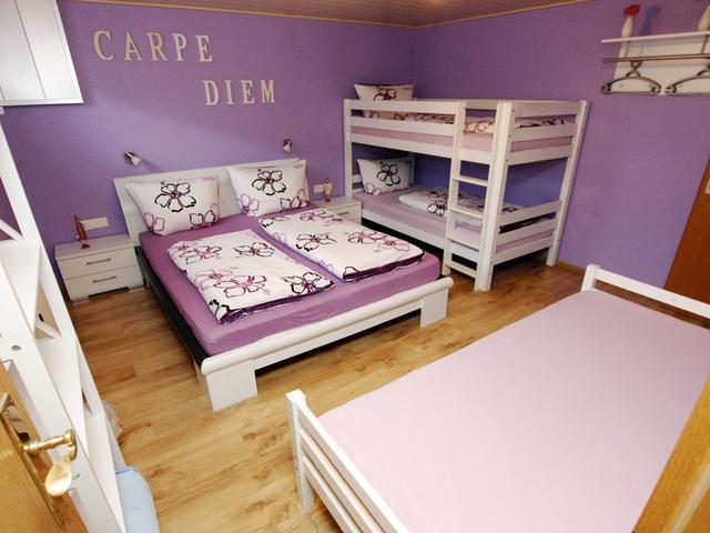 G�stehaus Diebold, Vierbettzimmer lila mit Dusche
