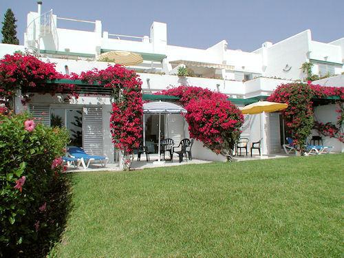 Terrasse mit Sitzgruppe und Gartenliegen