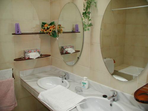 Das Bad mit Dusche und Wanne