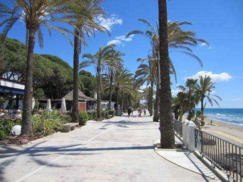 Die schöne Strandpromenade von Marbella