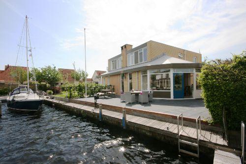 Haus am Wasser mit 12 Meter Bootssteg