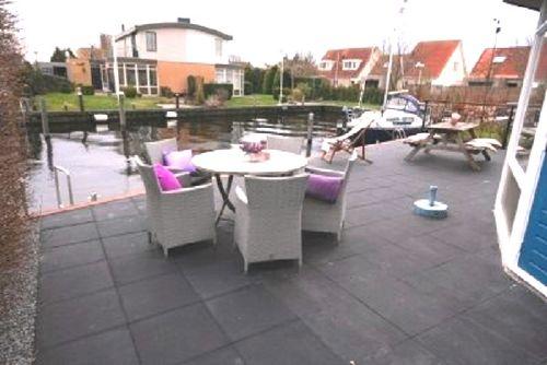 Terrasse am Wasser und Bootssteg