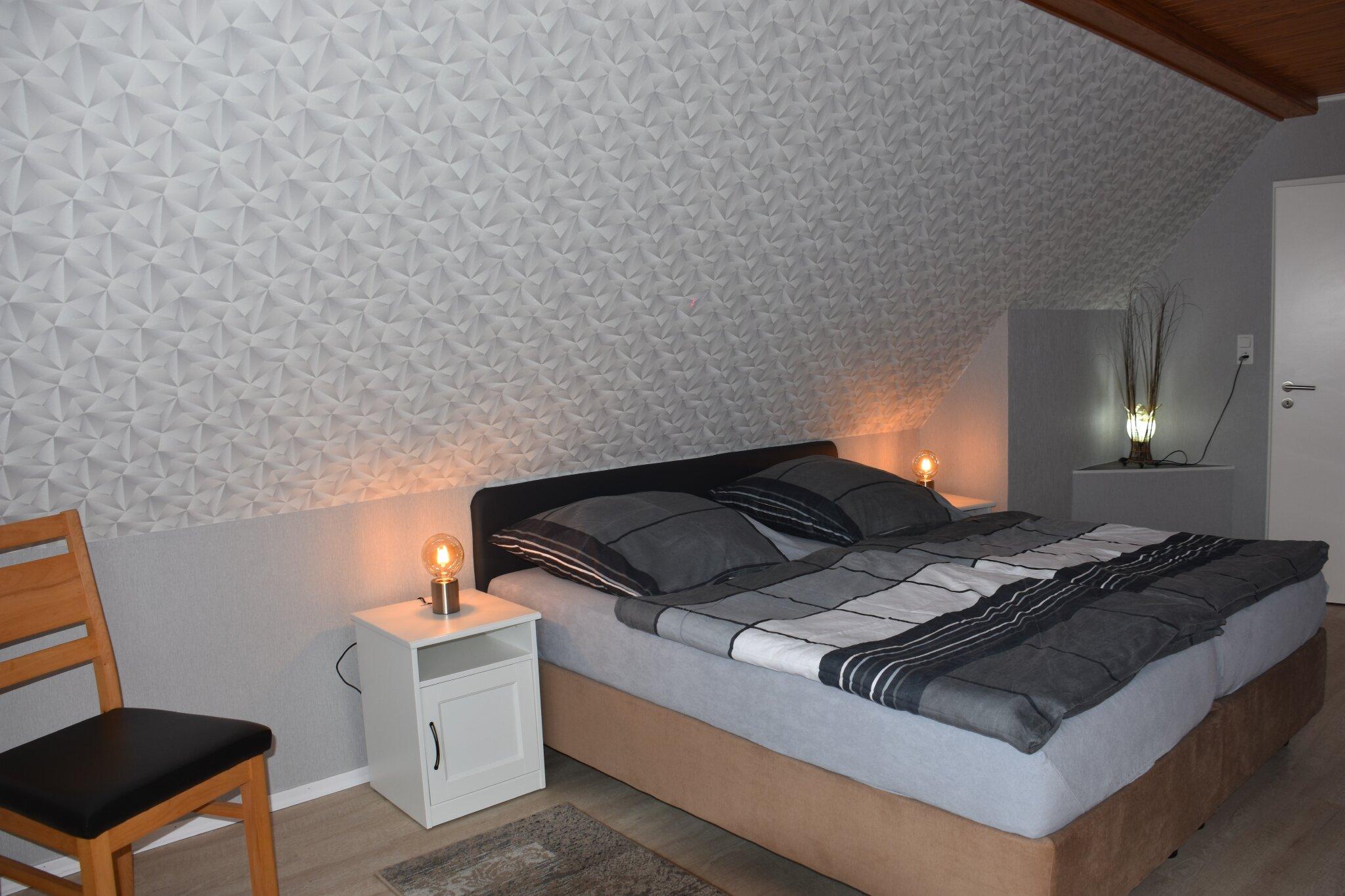 Schlafzimmer mit Doppelbett mit TV