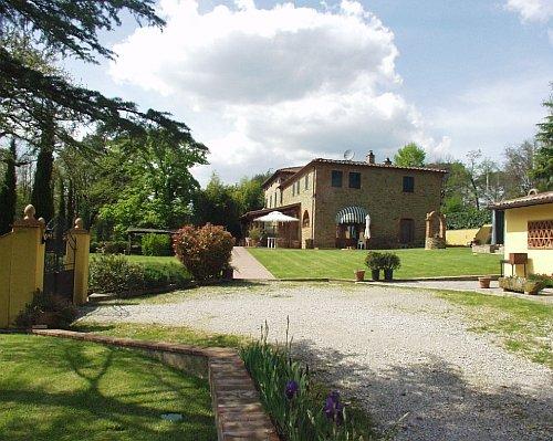 Haus, Hofeinfahrt und Annex