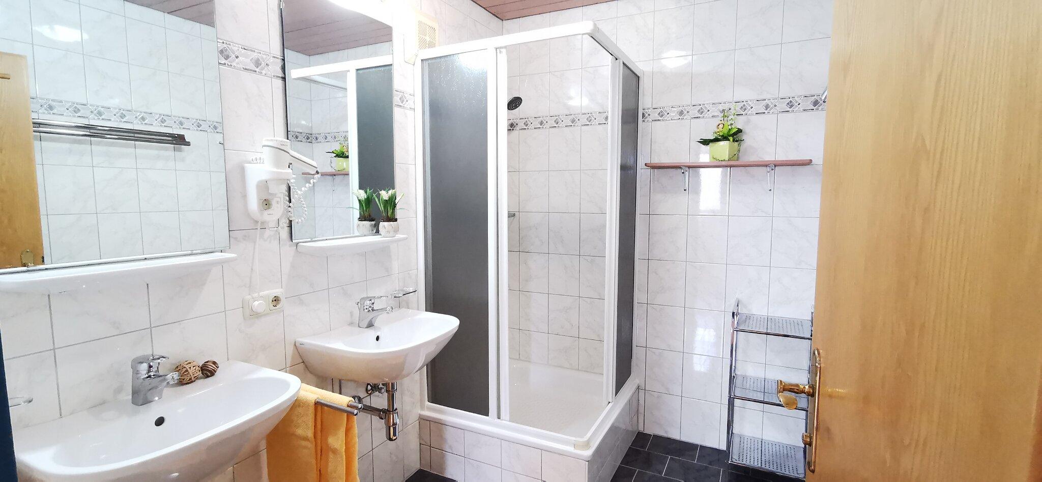 2 Bäder mit Haarföhns, 2 Toiletten
