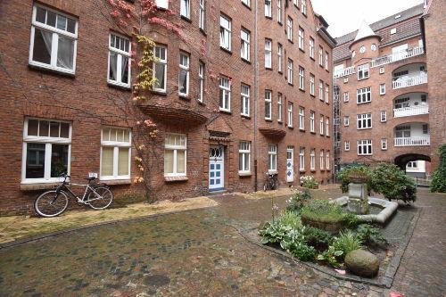 Die historische Fassade des Burghofs
