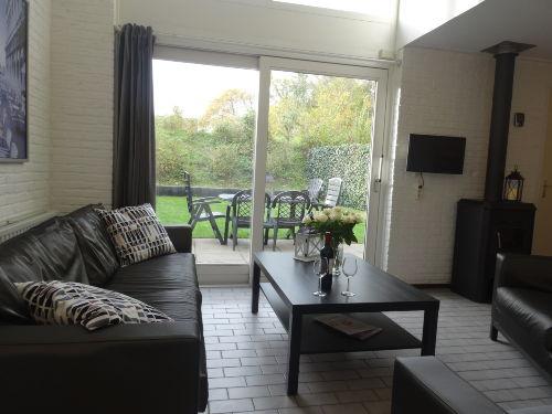 Wohnzimmer mit eingezäuntem Garten
