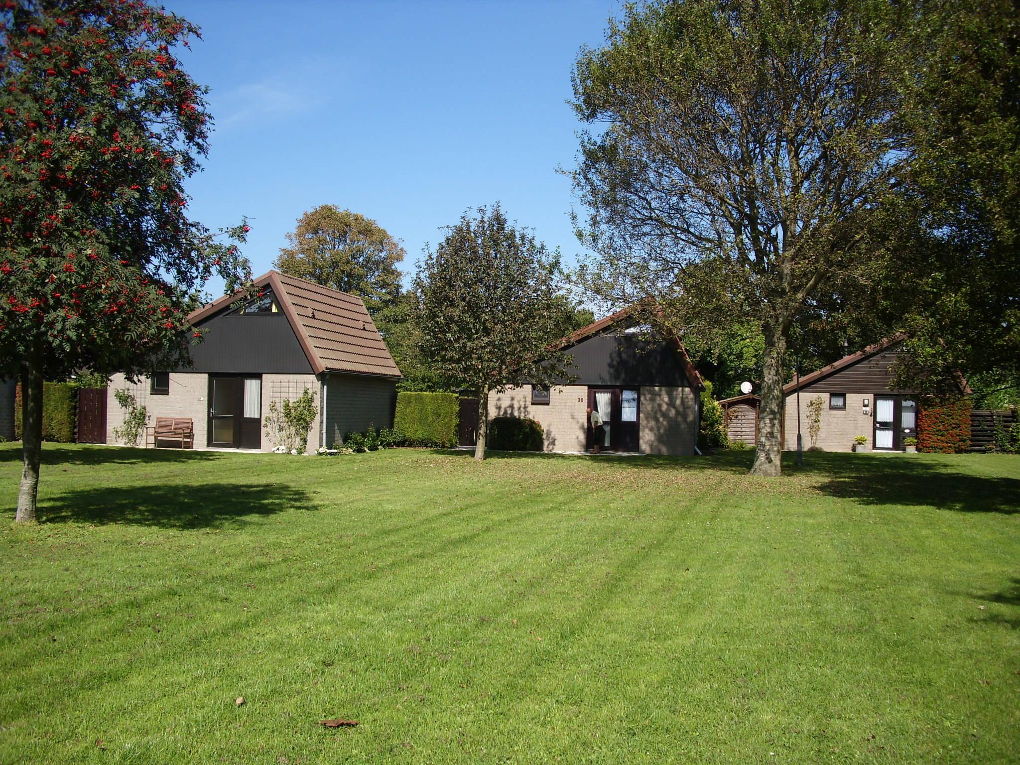 Wohnraum mit großer Couch, TV und Hifi