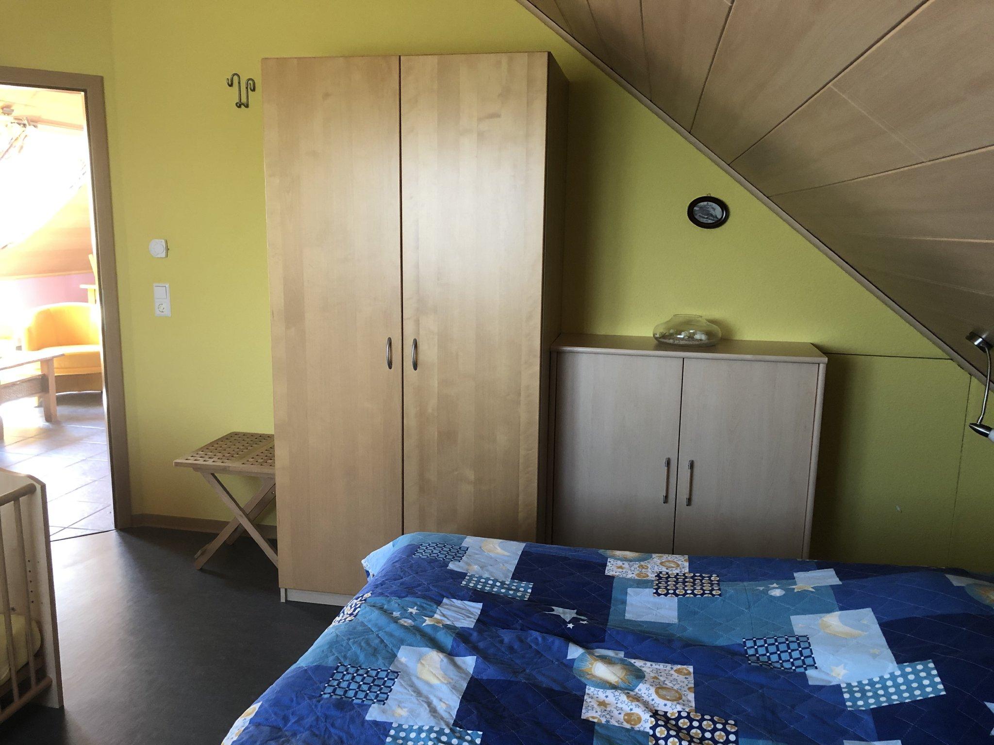 Elternschlafzimmer mit Gitterbett