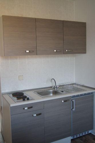 Küche mit Kochgelegenheit+Kühlschrank