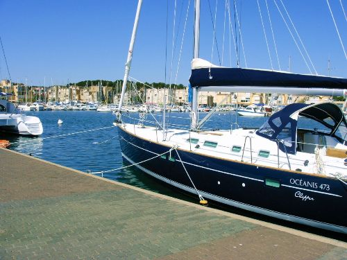 Jachthafen in Gruissan mit Flaniermeile