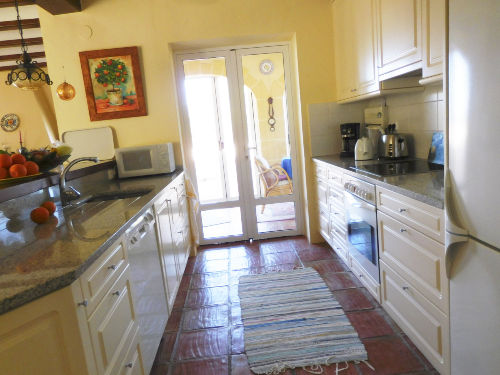 Küche mit Durchgang zur Terrasse