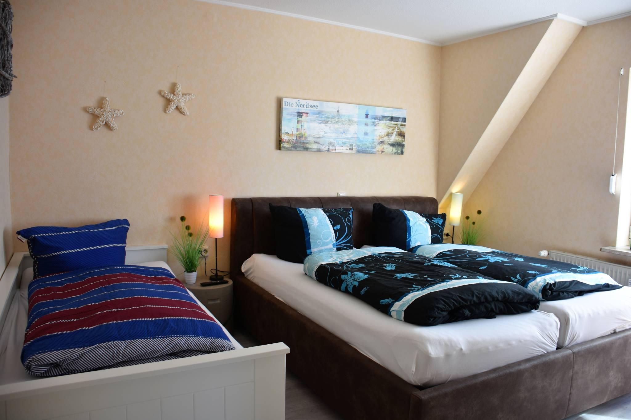 Schlafzimmer (Doppelbett u. Einzelbett)