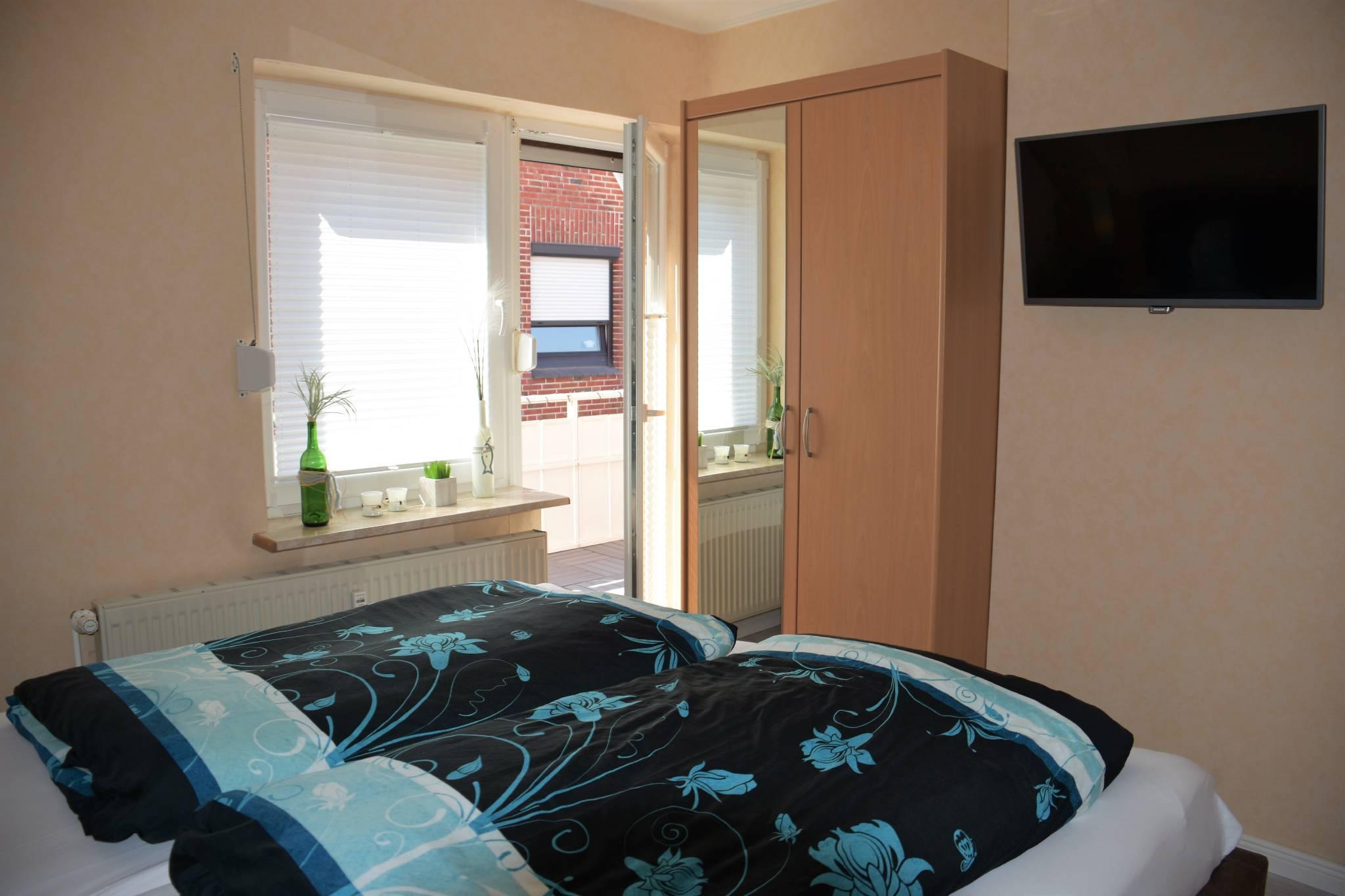 Schlafzimmer mit Farb TV.