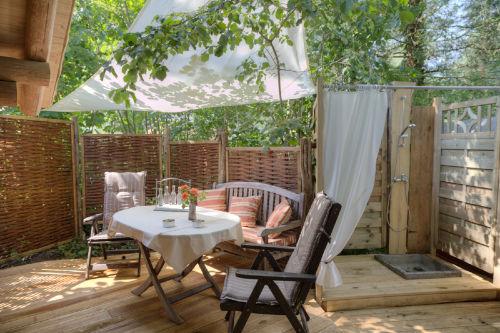 Terrasse mit Outdoordusche