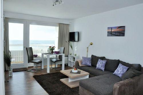 Wohnzimmer mit Essbereich mit Meerblick