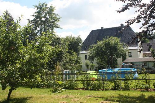 Garten mit Pool und Blick auf´s Haus