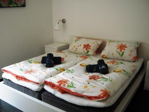 Schlafzimmer mit bezogenen Betten