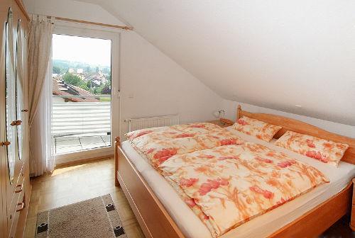 Schlafzimmer mit grossem Wandschrank