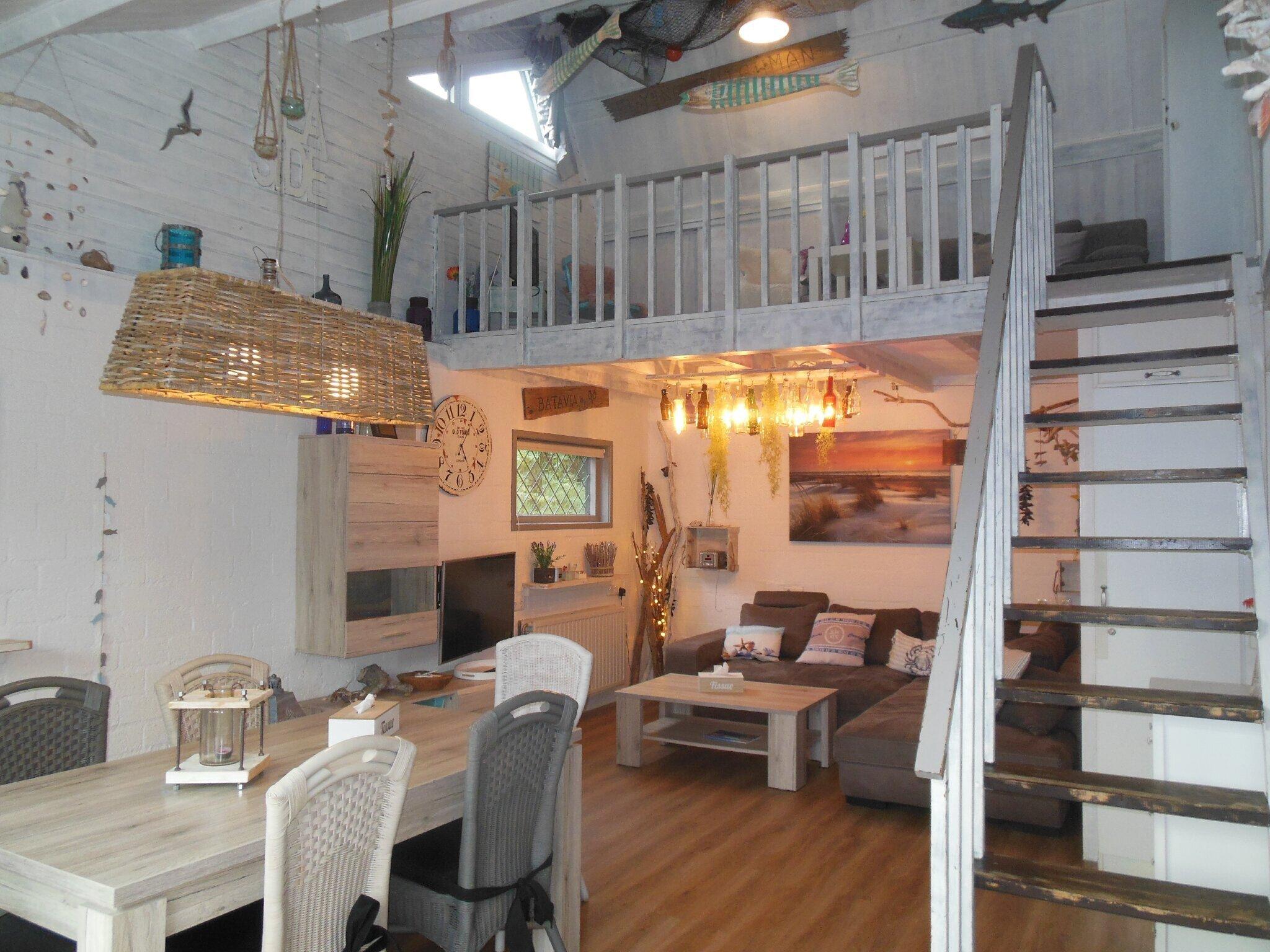 Wohnzimmer mit Aufgang zur Galerie