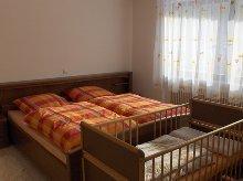 Schlafzimmer mit Kinderbett