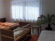 Schlafzimmer mit Kinderbett u. Liege