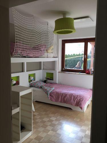 Schlafzimmer mit Hoch- und Einzelbetten