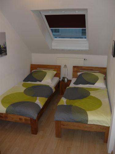 Kl.Schlafzimmer m. Schrank/2 Einzelbette