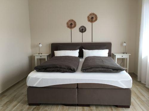 Schlafzimmer 1 (Bett 180x200)