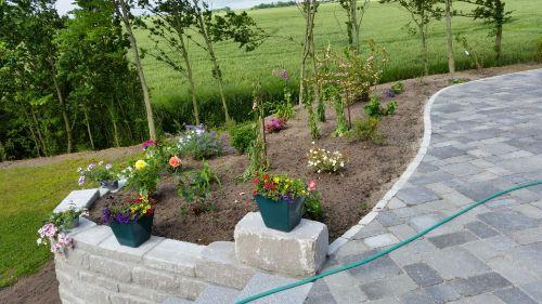 Terrass mit Blumenbeet