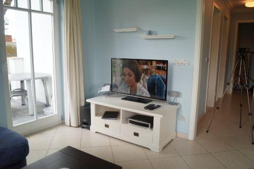 Moderner Flachbild--TV im Wohnzimmer