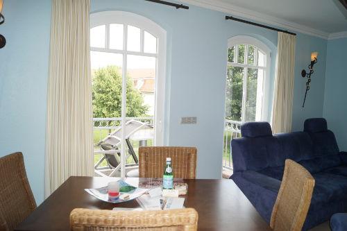 Wohnzimmer mit Zugang zu einem Balkon