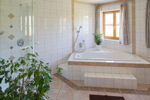 Bad mit Wanne, Dusche, WC 1. OG
