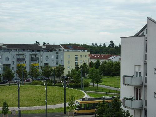 Straßenbahn fährt in die Innenstadt KA