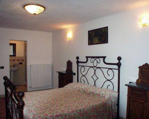 unteres Schlafzimmer mit en-suite Bad