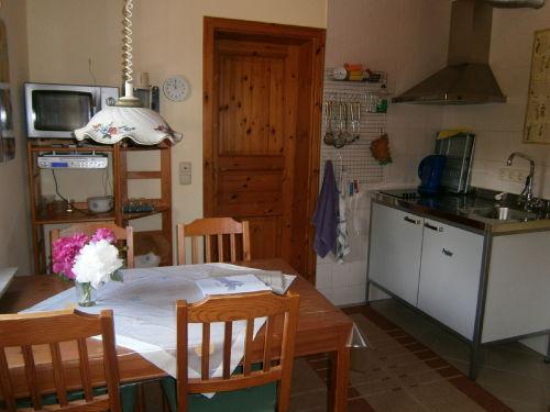 Küche mit Essplatz und Kocheinheit