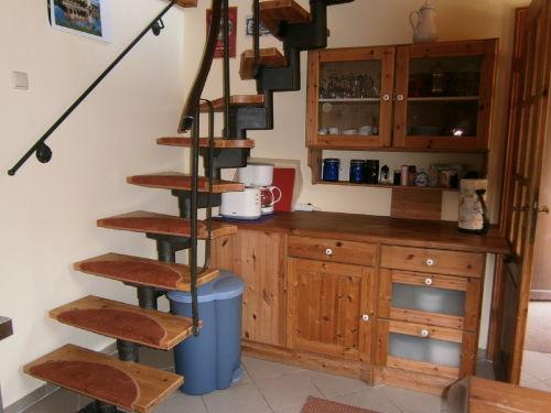Blick zum Küchenschrank und Treppe