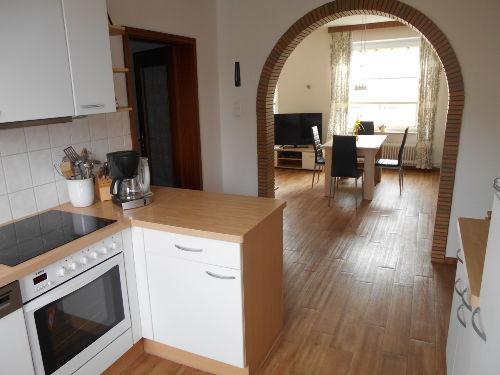 Blick von den Küche in den Essbereich...