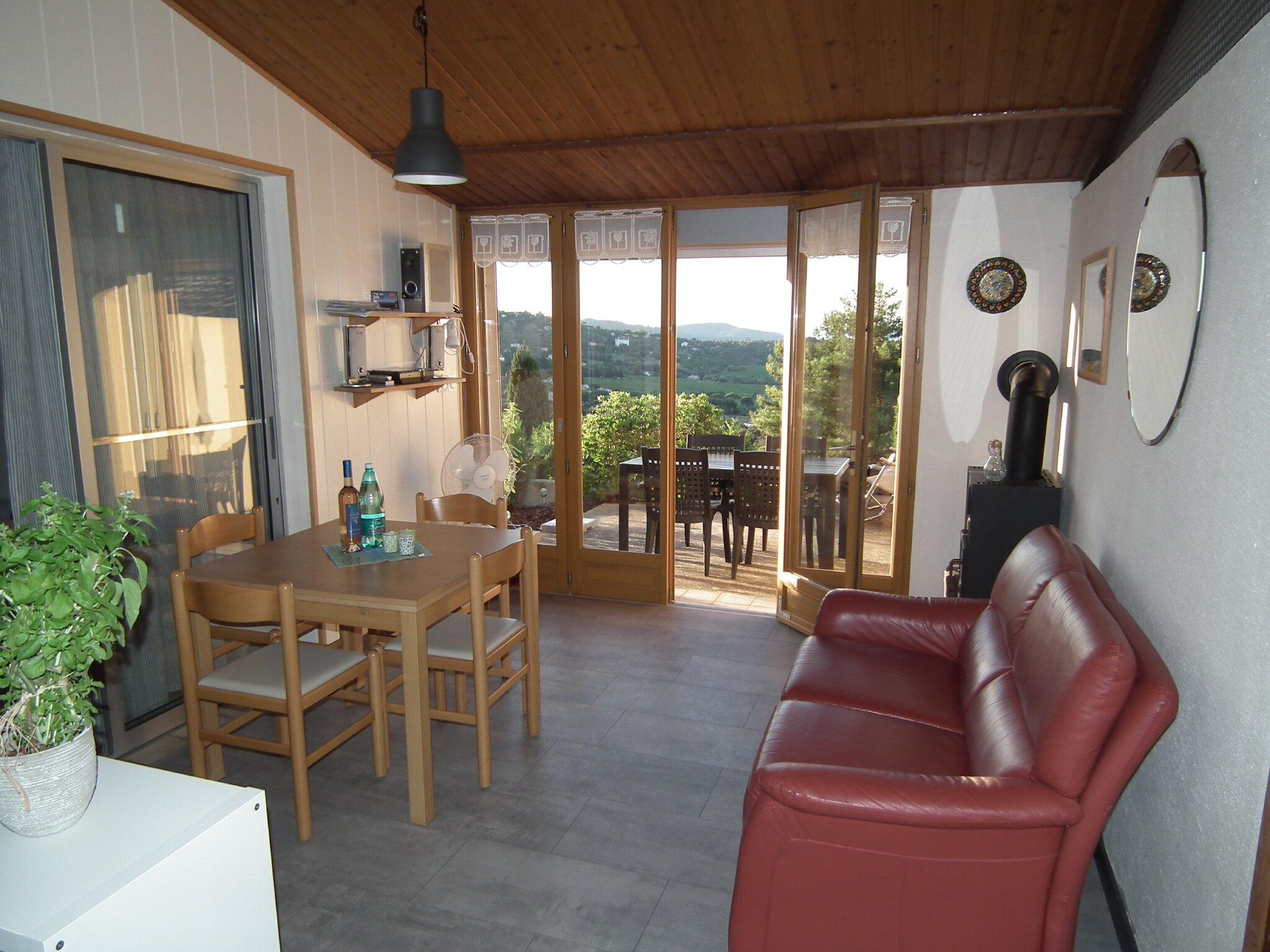 Esszimmer mit Blick auf die Terrasse