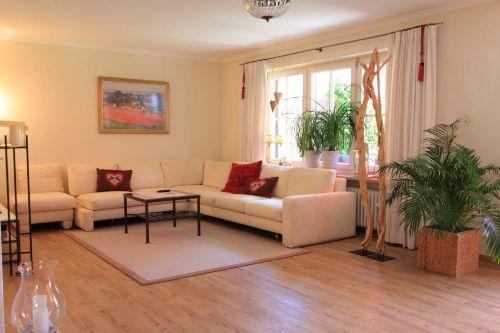 geräumiges Wohnzimmer ca. 60m²