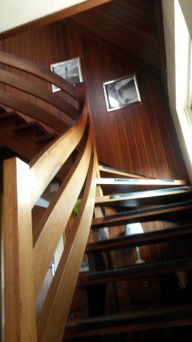 Holztreppe zum OG, dort Schlafzimmer