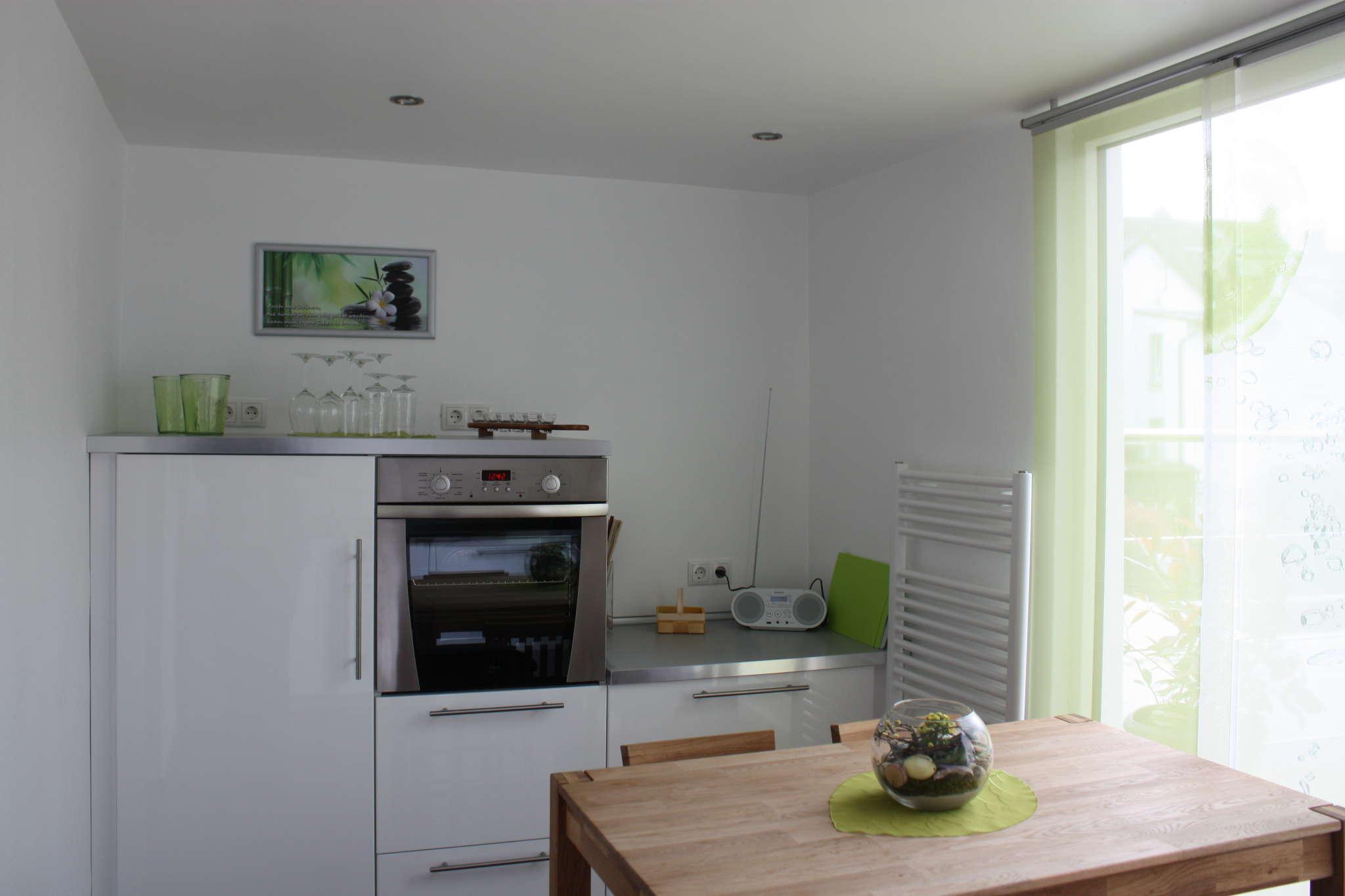 Küche, halbhoher Thekentisch, 4 Stühle