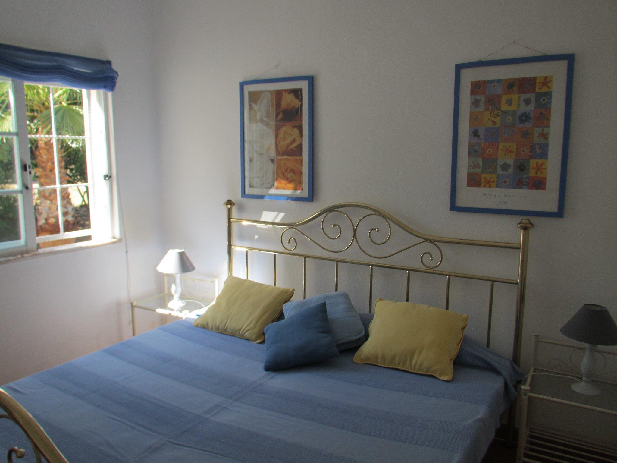 Schlafzimmer mit Bett 1,80 m x 2 m