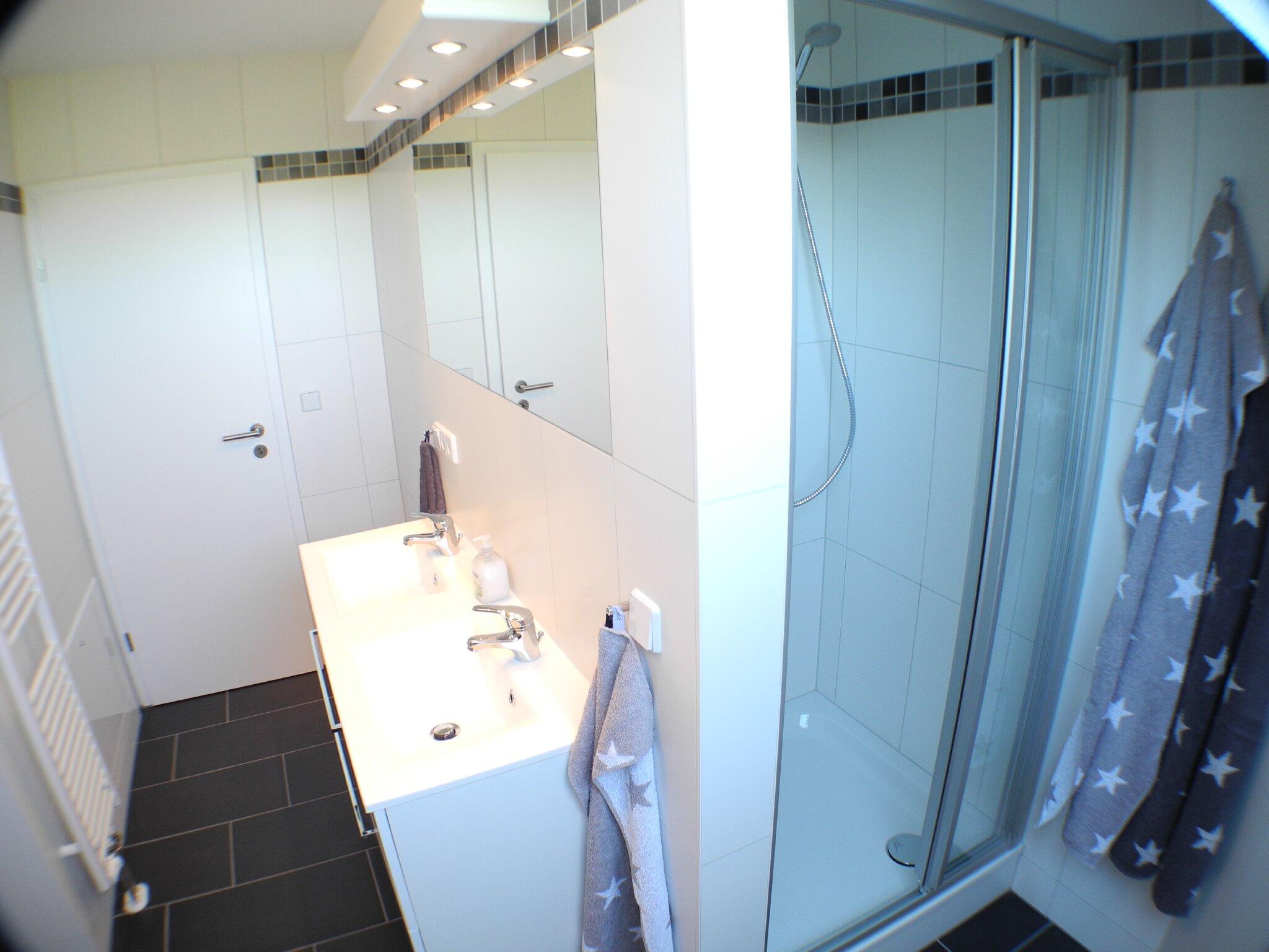 ...Doppelwaschbecken & Dusche...