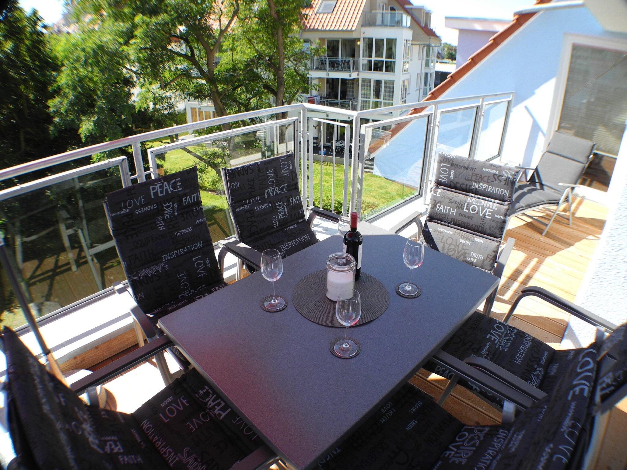 Terrasse mit Gartenm�beln / Sonnenliegen