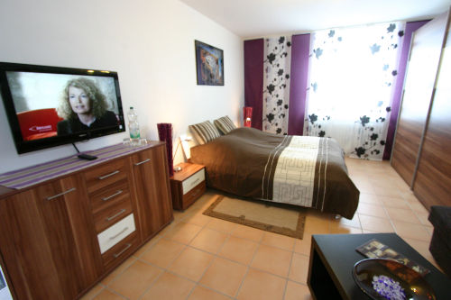 Schlafzimmer mit Fernsehecke