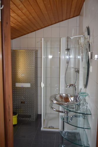 Das moderne Bad mit flacher Duschtasse